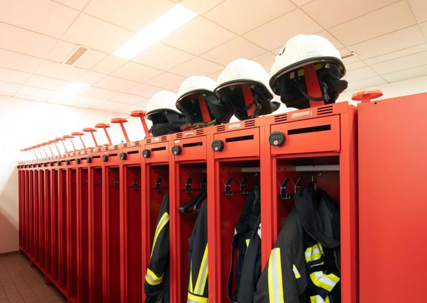 Ergonomische Helmhalter auf dem Feuerwehrspind PRO   rotstahl