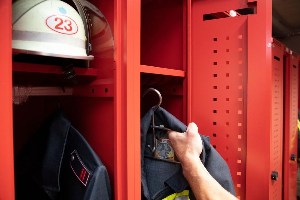 Viel Platz für PSA und Privatkleidung im Feuerwehrspind DEVIS | rotstahl